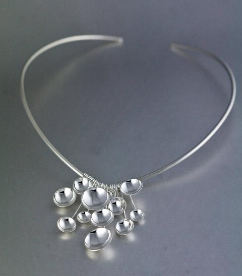 Solregn - Halsband där dropparna försöker spegla det vackra naturfenomenet. 0b5977f6fe998